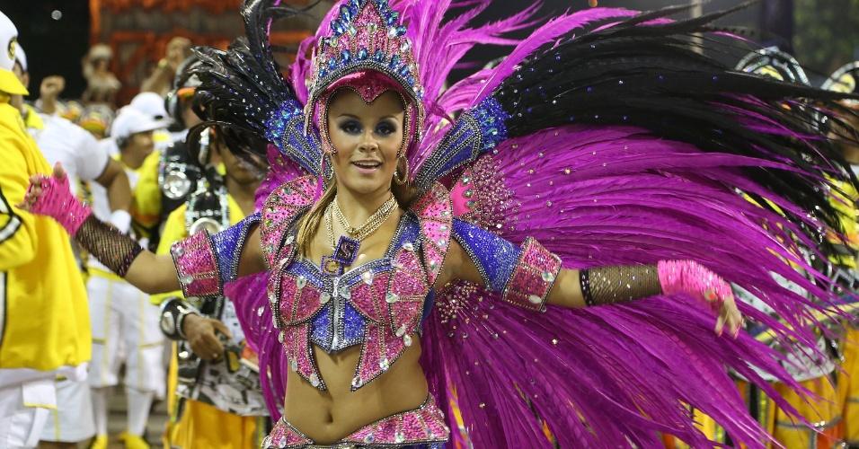 2.mar.2014 - Rainha da bateria da São Clemente, Raphaela Gomes. Escola foi a terceira escola a entrar na Sapucaí