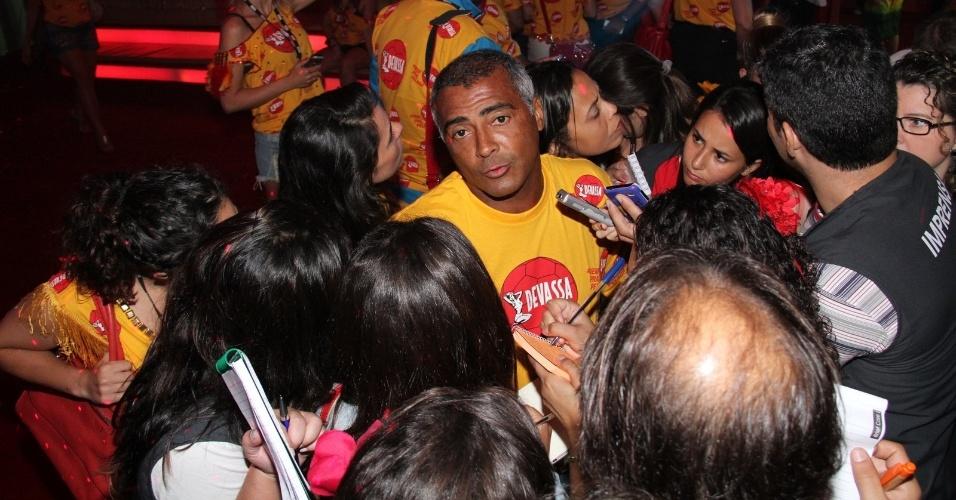 2.mar.2014 - Romário é assediado pela imprensa em camarote na Sapucaí, no Rio de Janeiro