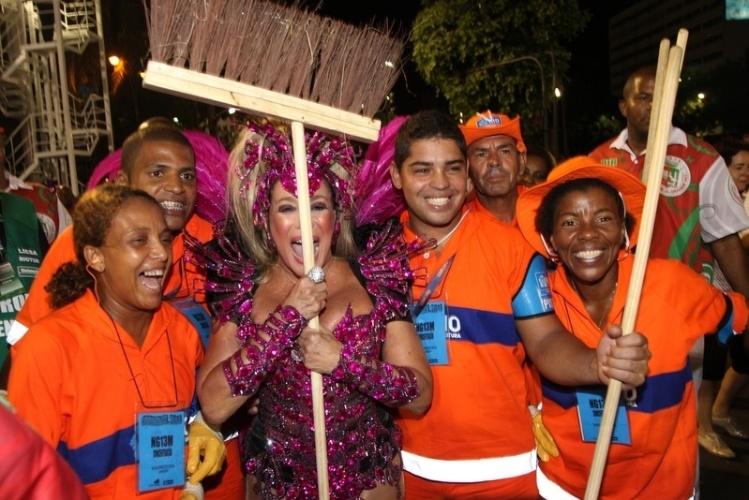 2.mar.2014 - Susana Vieira posa com garis e faz a festa dos trabalhadores da Sapucaí
