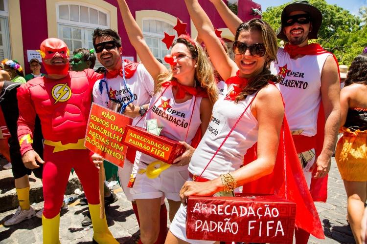 2.mar.2014 - The Flash junta-se ao grupo que faz brincadeira com o superfaturamento das obras da Copa do Mundo