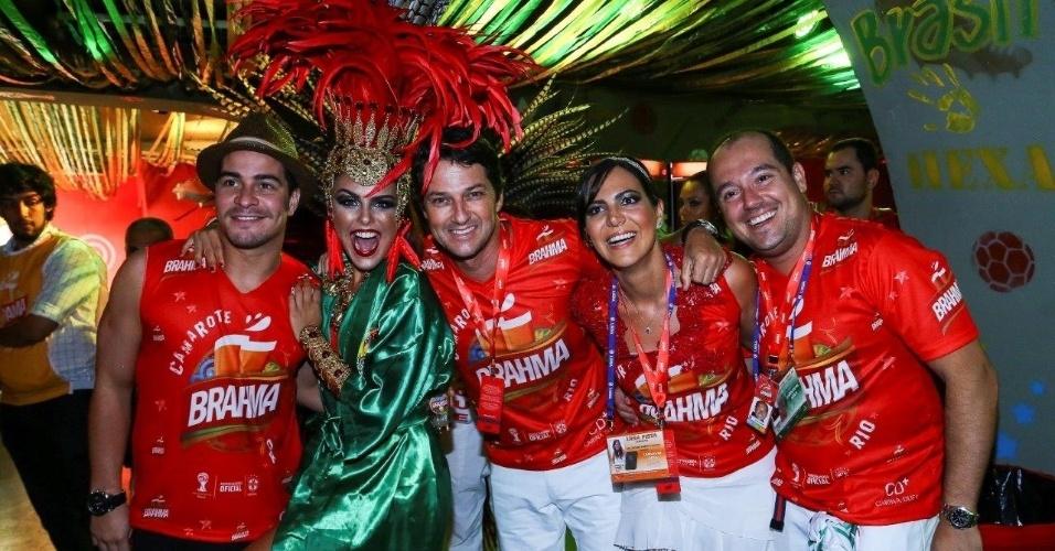2.mar.2014 - Thiago Martins se declara para Paloma Bernardi na Sapucaí
