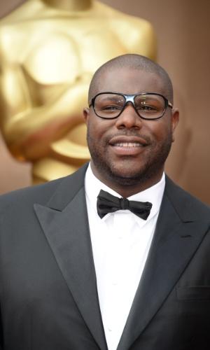 """2.mar.2014- Indicado ao prêmio de Melhor Diretor por """"12 Anos de Escravidão"""", Steve McQueen é fotografado ao chegar no Dolby Theatre"""