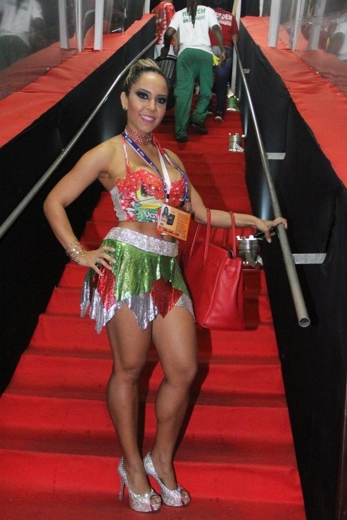 2.mar.2014 -Mulher Melão posa sorridente em camarote da Sapucaí, no Rio de Janeiro