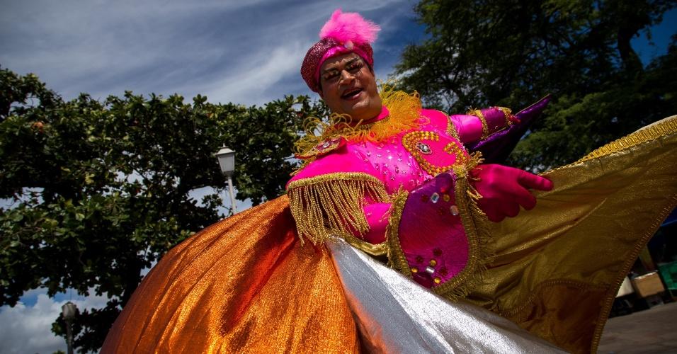 2.mar.2014 - Foliões esbanjam criatividade com suas fantasias no bloco Enquanto Isso na Sala da Justiça que acontece todos os anos em Olinda (PE)
