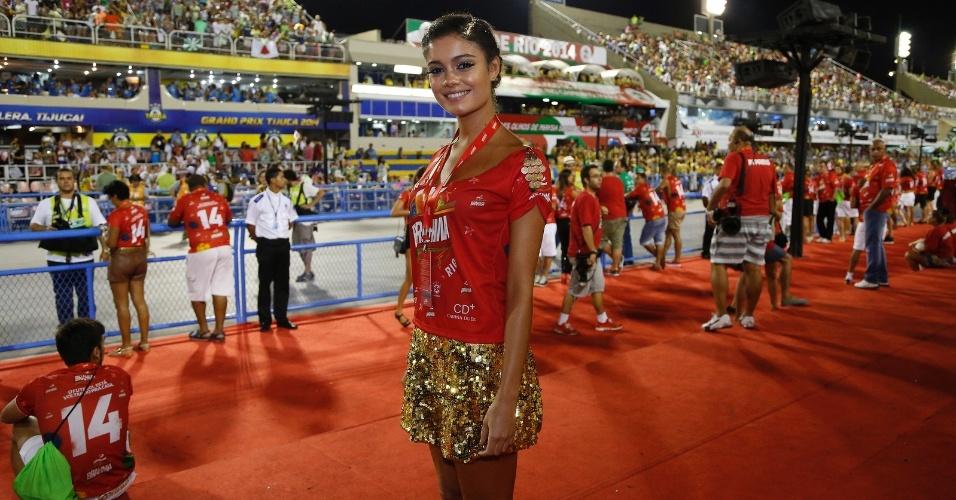03.mar.14 - Atriz Sophie Charlotte vai à Sapucaí para acompanhar o segundo dia de desfile do grupo especial no Rio de Janeiro