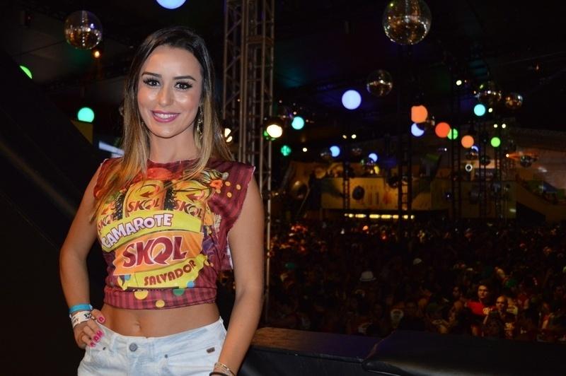 03.mar.2014 - A ex-BBB Letícia aproveita o Carnaval em camarote em Salvador