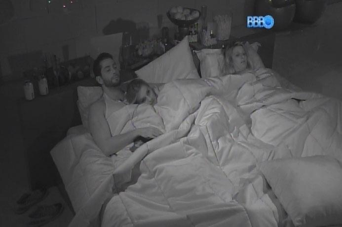 3.mar.2014 - À véspera de paredão, Angela aproveita o cinema abraçada ao Marcelo, no quarto do líder, ao lado de Tatiele