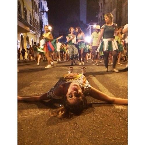 """03.mar.2014 - Bella deita no chão e publica foto: """"é carnaval"""""""