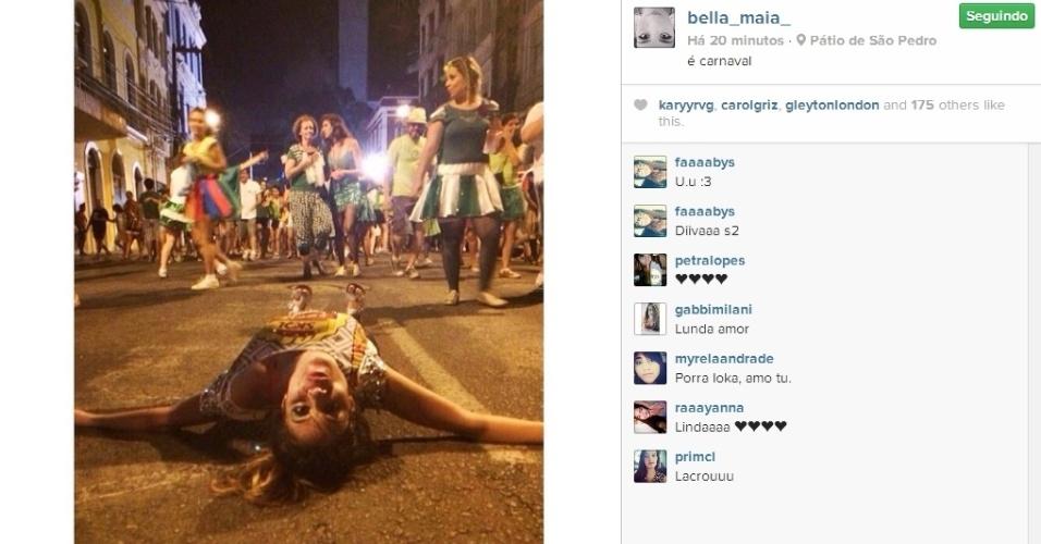03.mar.2014 - Bella deita no chão e publica foto: