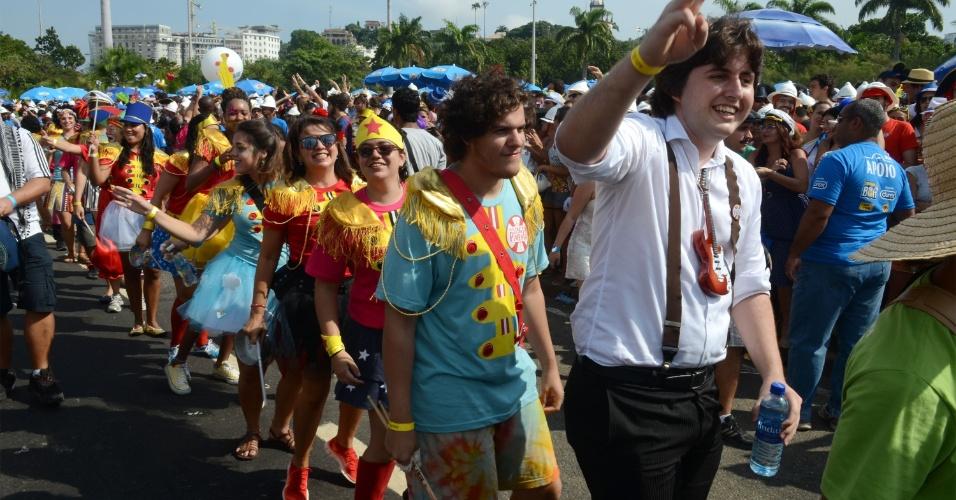 03.mar.2014 - Inspirado nos Beatles, o bloco do Sargento Pimenta atrai cariocas e turistas ao Aterro do Flamengo, na capital fluminense.