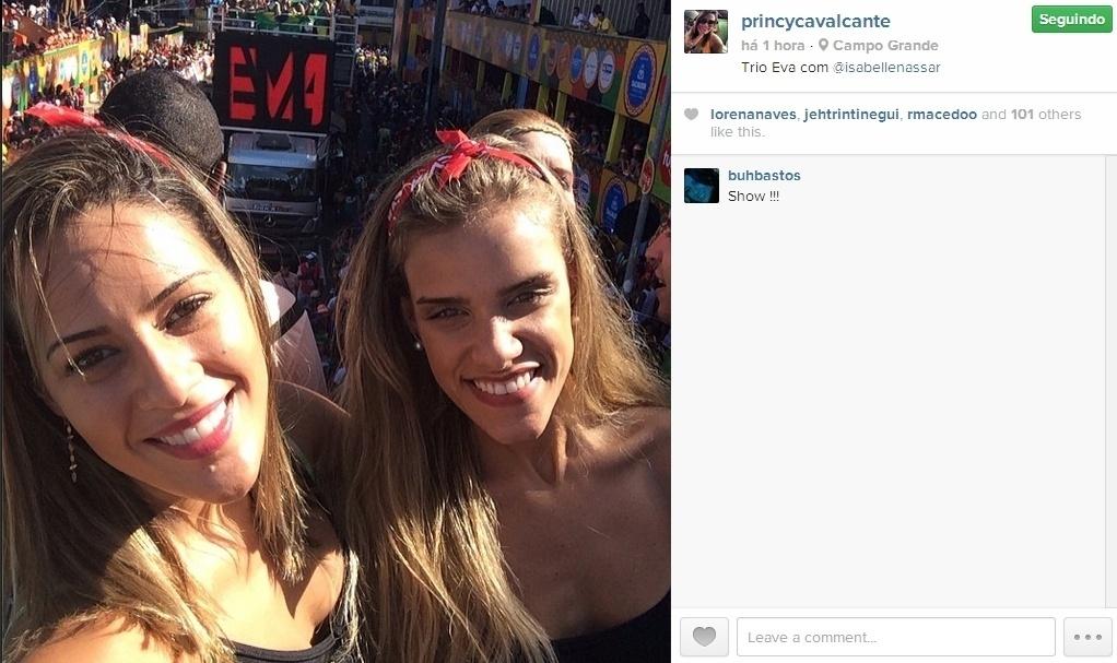 03.mar.2014 - Princy publica foto no Trio Eva com amiga