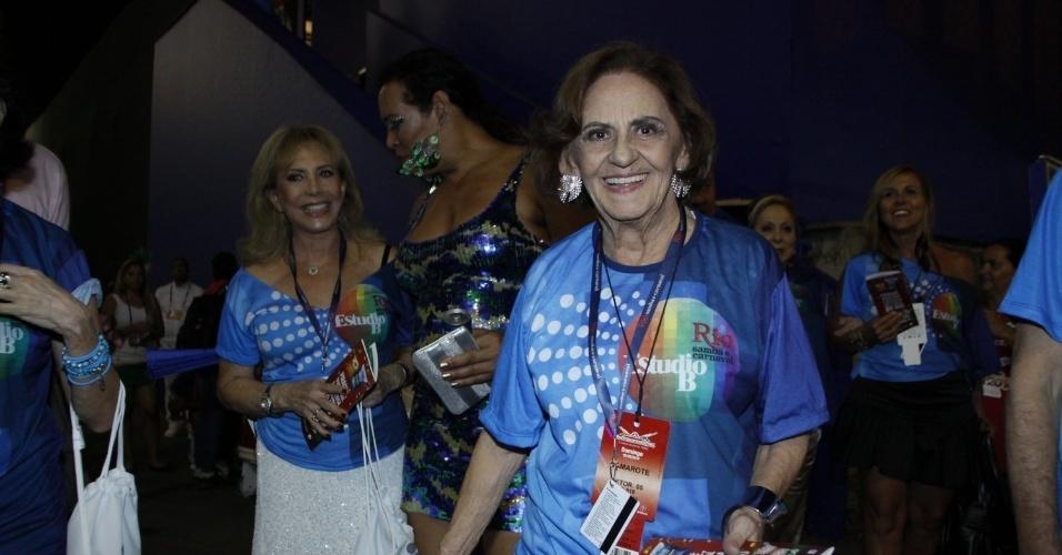 2.mar.2014 - A atriz Laura Cardoso chega à Sapucaí, no Rio de Janeiro