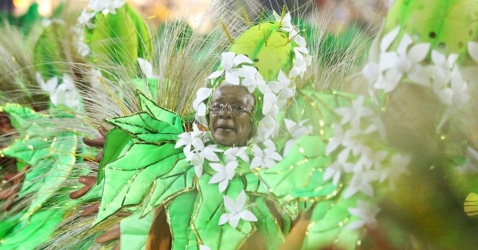 2.mar.2014 - Ala das baianas roda com graciosidade. Com 3,2 mil componentes divididos em 34 alas, São Clemente canta o enredo