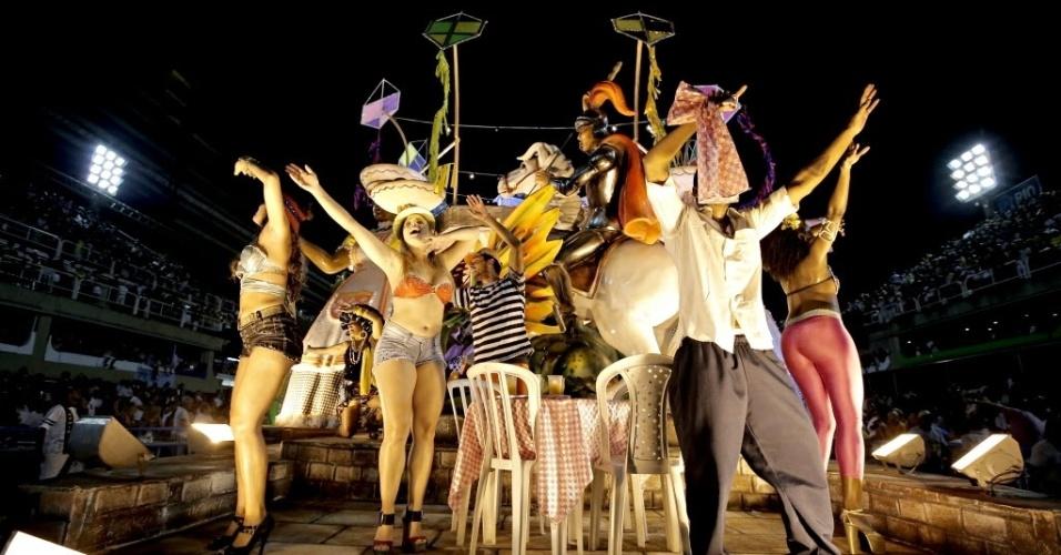 2.mar.2014 - Alegria da São Clemente e seus componentes no Carnaval do Rio de Janeiro