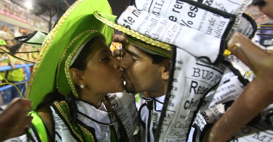 2.mar.2014 - Casal se beija durante o desfile. São Clemente foi a terceira escola a entrar na Sapucaí