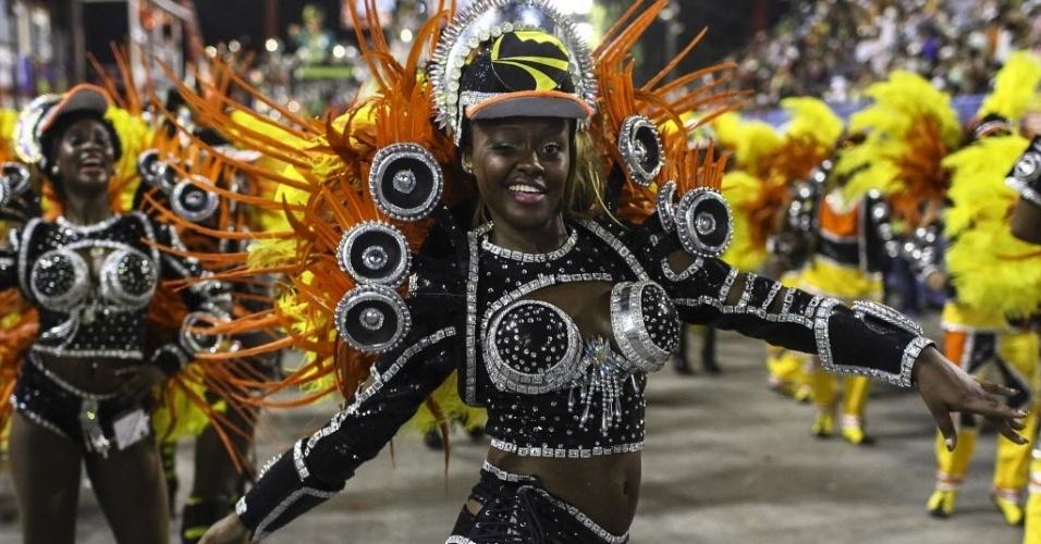 2.mar.2014 - Componente da São Clemente samba o enredo com graciosidade no Carnaval do Rio de Janeiro