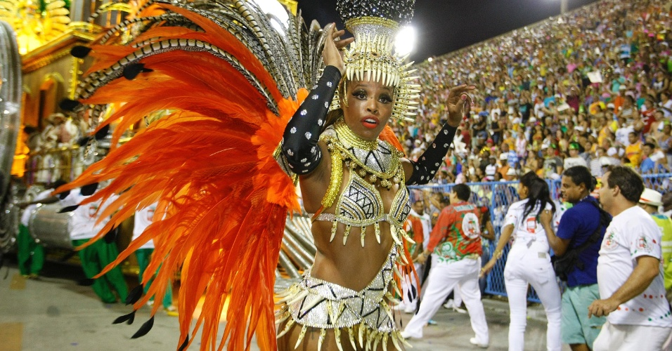 2.mar.2014 - Roberta Rodrigues samba com a Grande Rio na Sapucaí, com fantasia que representa a fertilidade