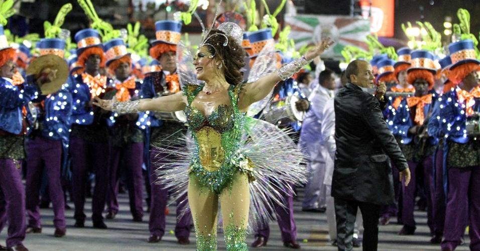 2.mar.2014 - A atriz Christiane Torloni dança uma valsa enquanto desfila pela Grande Rio
