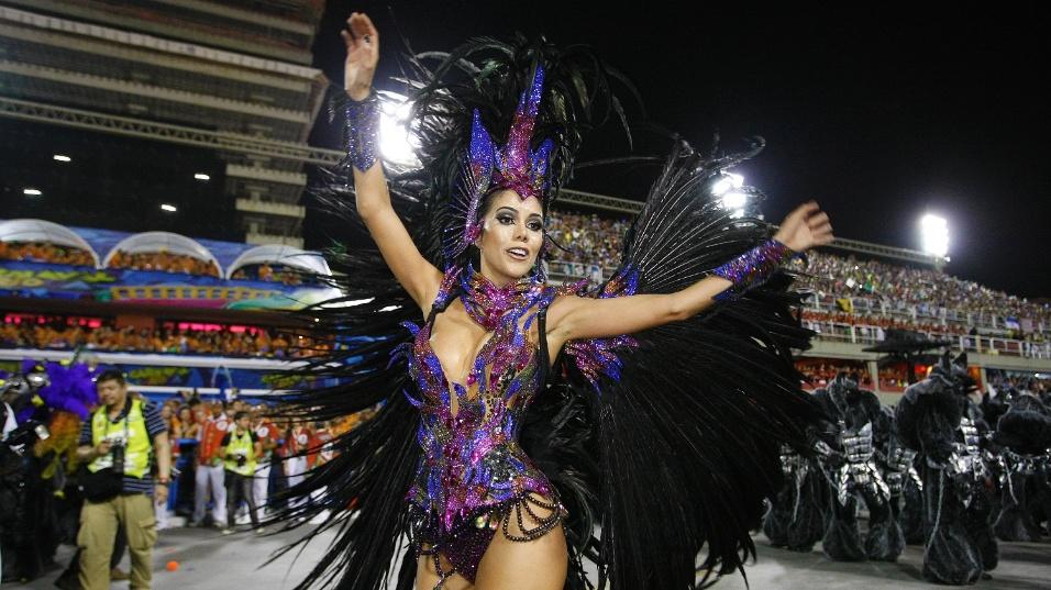 2.mar.2014 - A atriz Daniela Albuquerque sambando pela Grande Rio