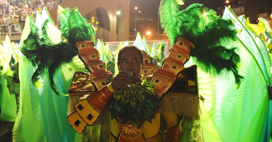 2.mar.2014 - Já na dispersão, folião da São Clemente se refresca do calor da passarela do samba
