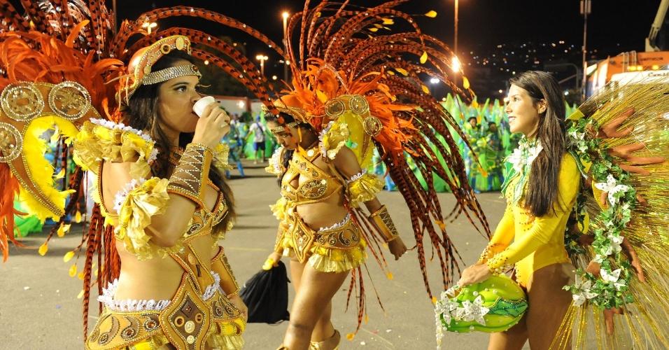 2.mar.2014 - Já na dispersão, foliãs da São Clemente se refrescam do calor da passarela do samba