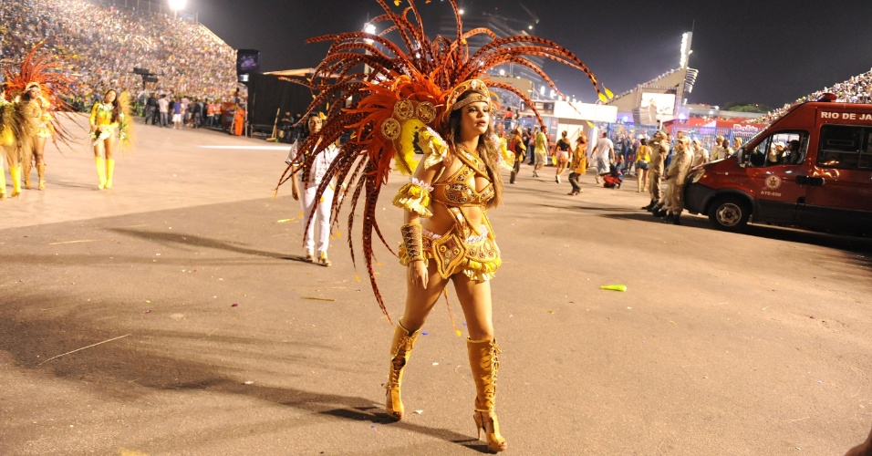 2.mar.2014 - Já na dispersão, passista da São Clemente se recupera da emoção de sambar na Sapucaí
