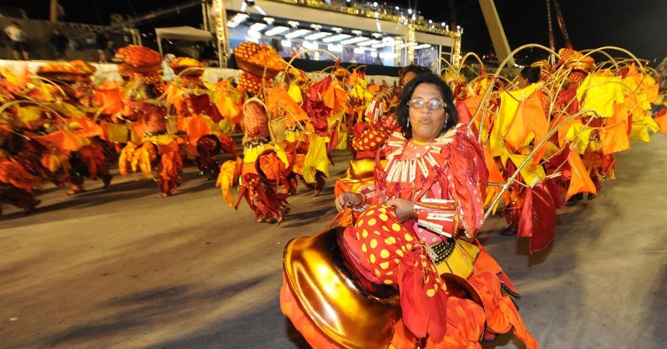 2.mar.2014 - No fim do desfile, componentes da São Clemente tiram suas fantasias