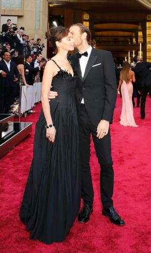 2.mar.2014 - O ator Ewan McGregor beija sua mulher, Eve Mavrakis, no tapete vermelho do Oscar