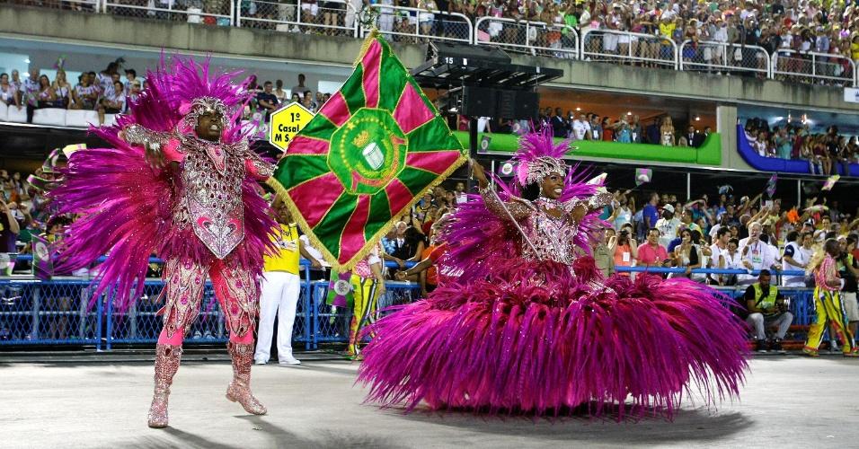 2.mar.2014 - O casal de mestre-sala e porta-bandeira da Mangueira, formado por Raphael e Squel