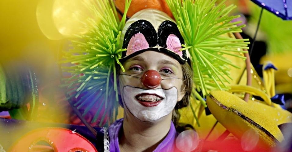2.mar.2014 - O enredo da São Clemente é assinado pelo carnavalesco Max Lopes e aborda a origem da palavra na guerra de Canudos e a primeira favela carioca, o Morro da Providência