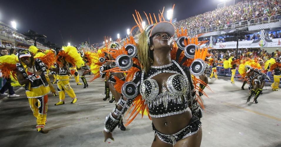 2.mar.2014 - Passista mostra seu samba na Sapucaí. Com samba-enredo
