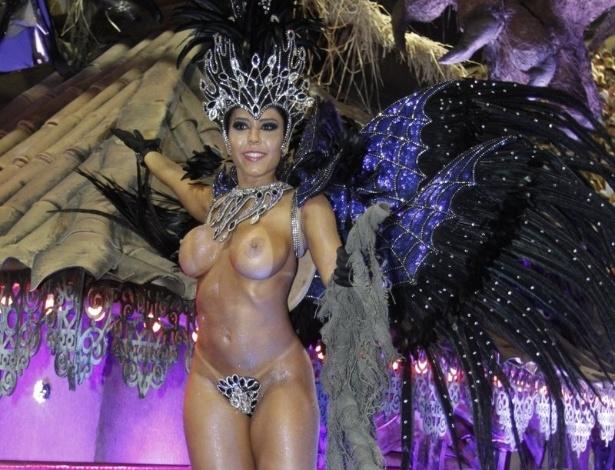 2.mar.2014 - Quase nua, Mulher Melão aparece como destaque em carro da Grande Rio
