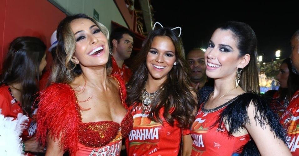 2.mar.2014 - Sabrina Sato, Bruna Marquezine e Camila Coutinho curtem folia em camarote na Sapucaí