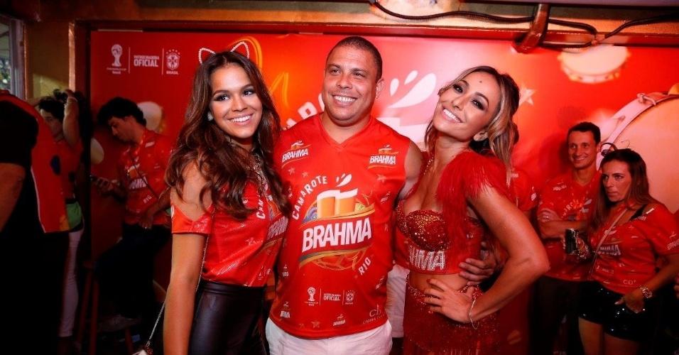 2.mar.2014 - Sabrina Sato faz pose sensual para foto com Ronaldo e Bruna Marquezine (esq.)