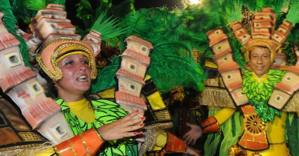2.mar.2014 - São Clemente tem samba no pé. Com enredo