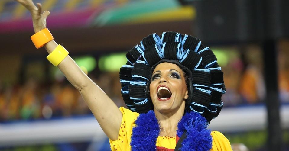 2.mar.2014 - Todos os esteriótipos da favela são representados no desfile da São Clemente. Escola foi a terceira escola a entrar na Sapucaí