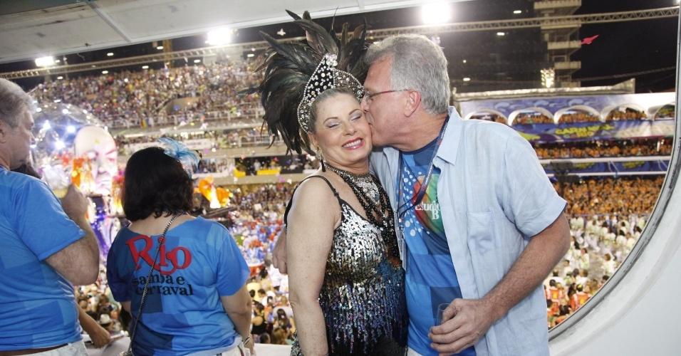 2.mar.2014 - Vera Fischer ganha beijo de Pedro Bial em camarote na Sapucaí