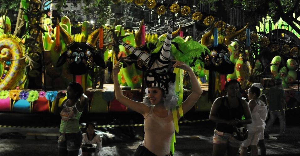 3.mai.2014 - Integrantes da Mocidade Independente de Padre Miguel, primeira escola do segundo dia do Carnaval carioca, se preparam para entrar na avenida