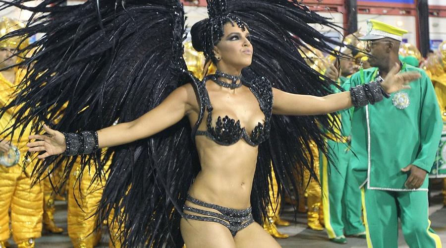 3.mai.2014 - A atriz e cantora Mariana Rios no desfile da Mocidade Independente de Padre Miguel
