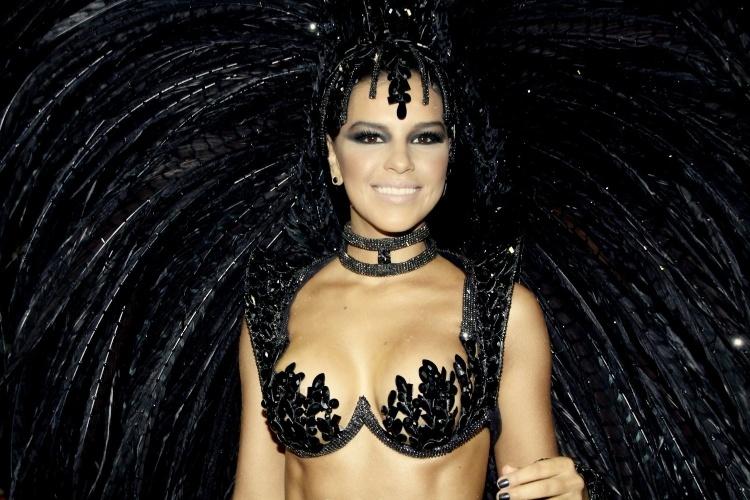 3.mai.2014 - A atriz e cantora Mariana Rios se prepara para entrar na avenida durante o segundo dia de desfiles do Carnaval carioca