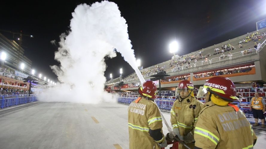 3.mai.2014 - Bombeiros fazem simulação de combate a incêndio na Sapucaí, antes do desfile da Mocidade Independente de Padre Miguel