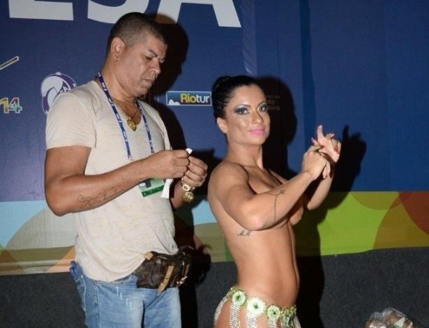 3.mai.2014 - Dani Sperle prepara fantasia para desfile na Sapucaí