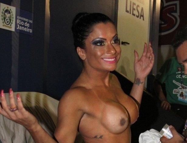 3.mai.2014 - Dani Sperle se prepara para desfilar na Sapucaí, no Rio