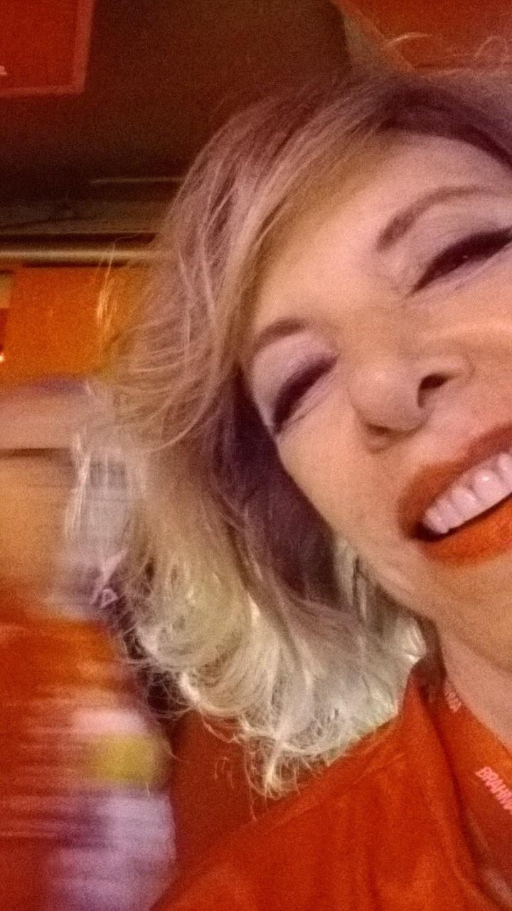 3.mar.2014 - A apresentadora Marília Gabriela registrou para o UOL sua presença em camarote na Marquês de Sapucaí, no Rio, na segunda noite de desfiles