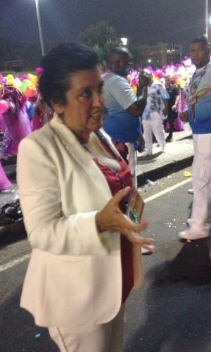 3.mar.2014 - A apresentadora Regina Cazé fica brava ao perceber que perdeu um brinco de diamantes no desfile da Salgueiro