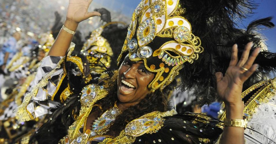 """3.mar.2014 - A Beija-Flor fecha o primeiro dia de desfiles do Carnaval 2014 no Rio de Janeiro com uma homenagem ao empresário e publicitário José Bonifácio de Oliveira Sobrinho, o Boni, com o enredo """"Astro Iluminado da Comunicação Brasileira"""""""