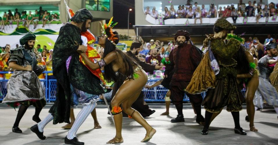 3.mar.2014 - A comissão de frente da Mangueira foi se transformando, indo dos primeiros encontros entre índios e portugueses e trocando de roupa até virar diversas festas populares