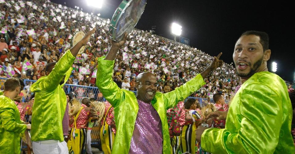 3.mar.2014 - A Mangueira, que passou por problemas financeiros, passou por mudanças desde o Carnaval de 2013. A verde e rosa está agora sob o comando de Francisco de Carvalho (conhecido como Chiquinho da Mangueira)
