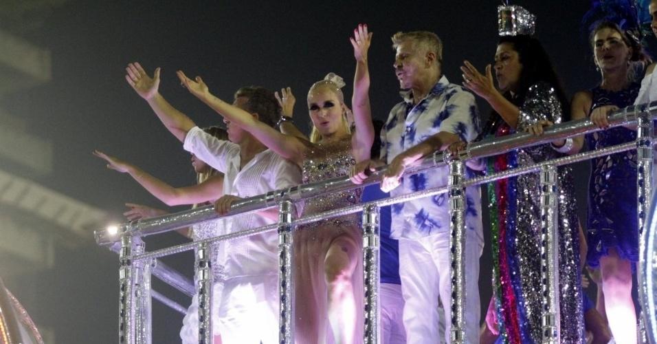 3.mar.2014 - Angélica, Miguel Falabella e Regina Casé desfilam em carro da Beija-Flor, que homenageou Boni em seu desfile