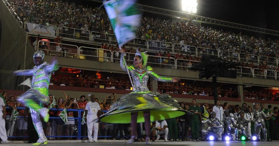 3.mar.2014 - Casal de mestre-sala e porta-bandeira da Mocidade Independente de Padre Miguel